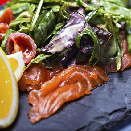 Salată cu somon şi rosii cherry