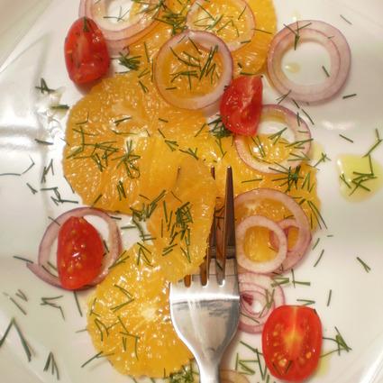 Salată de ceapă cu portocale şi roşii cherry